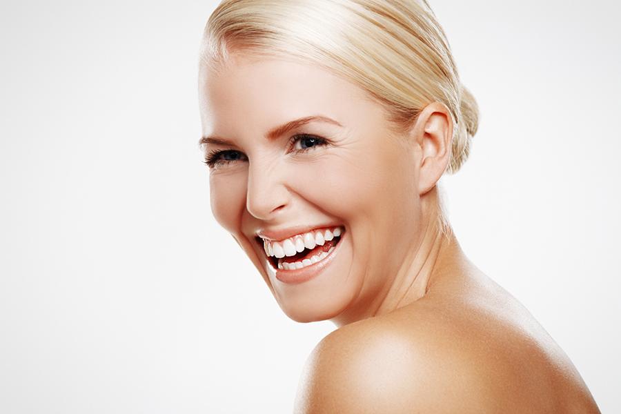 Strahlendes-Gesicht-einer-blonden-Frau